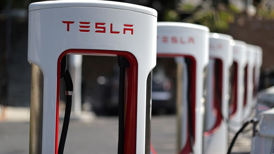 Supercharger-Schnellladestation von Tesla: In Kalifornien können nun an einer Station 56 Elektroautos gleichzeitig Strom ziehen