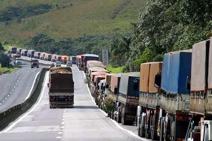 Ausbaubedarf: Auf der Autobahn zum nahen Hafen Paranaguá warten Lkw auf die Abfertigung.