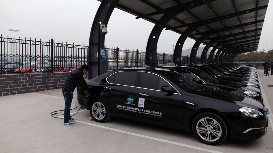 Ladestation für Elektroautos auf dem Flughafen in Peking