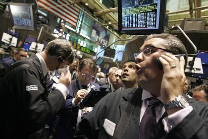 Her mit dem Geld: Es ist nicht ratsam, sämtliche Mittel ausschließlich in Aktien zu investieren