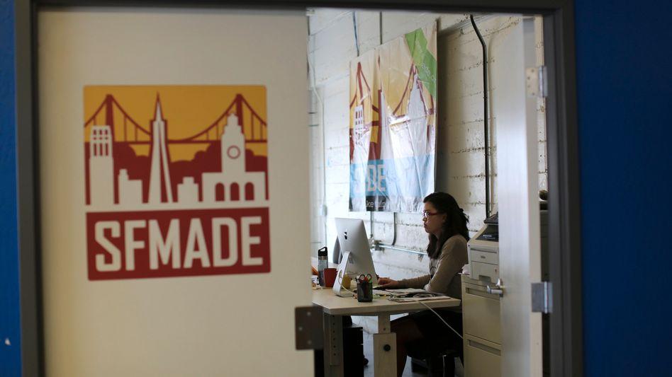 Frau in einem Büro in San Francisco