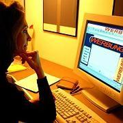 Nutzerin vor Internet-Werbung: Wachsende Investitionen