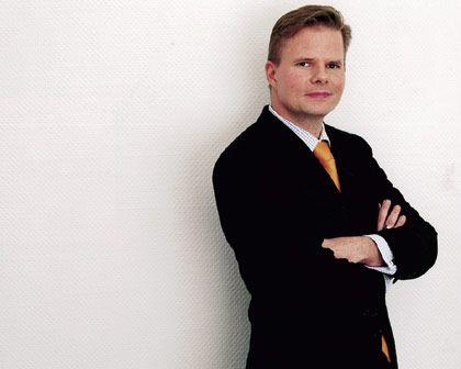 """Torsten Iben (35): Gründer und Geschäftsführer des IT-Dienstleisters Financial Webworks in München, verbringt seine Freizeit gern am Steuer eines Privatflugzeugs über den Wolken, für Flugreisen bevorzugt er aber Billiglinien. Als Uhr trägt er einen Fliegerchronografen von Breitling, als Kleidung Maßkonfektion, die er sich etwas kosten lässt. Gourmetküche guter Restaurants steht gelegentlich auf dem Programm, der Preis spielt keine Rolle. Möbel dagegen dürfen schon mal aus dem Ikea-Lager kommen. Er sagt: """"Wenn ich teuer kaufe, dann als Belohnung und Ansporn."""""""