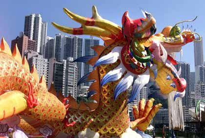 Tradition und Moderne: Drache im Zentrum von Hongkong