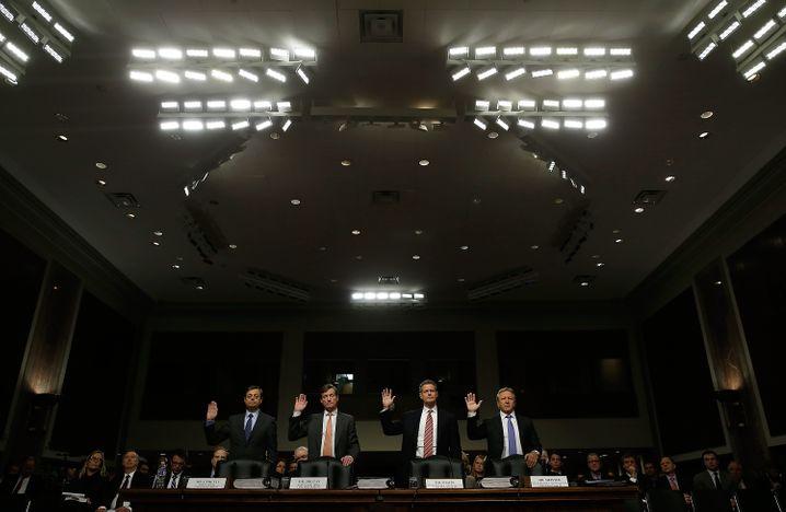 """""""Wir übernehmen Verantwortung"""": Das hatten Credit-Suisse-Chef Brady Dougan (2. v.l.) und Kollegen noch im Februar dieses Jahres vor dem US-Senat erklärt. Sie persönlich sehen sich aber nicht in der Verantwortung"""