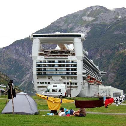 Zelt oder Kreuzfahrtschiff:Im Geirangerfjord treffen die Urlaubsstile aufeinander