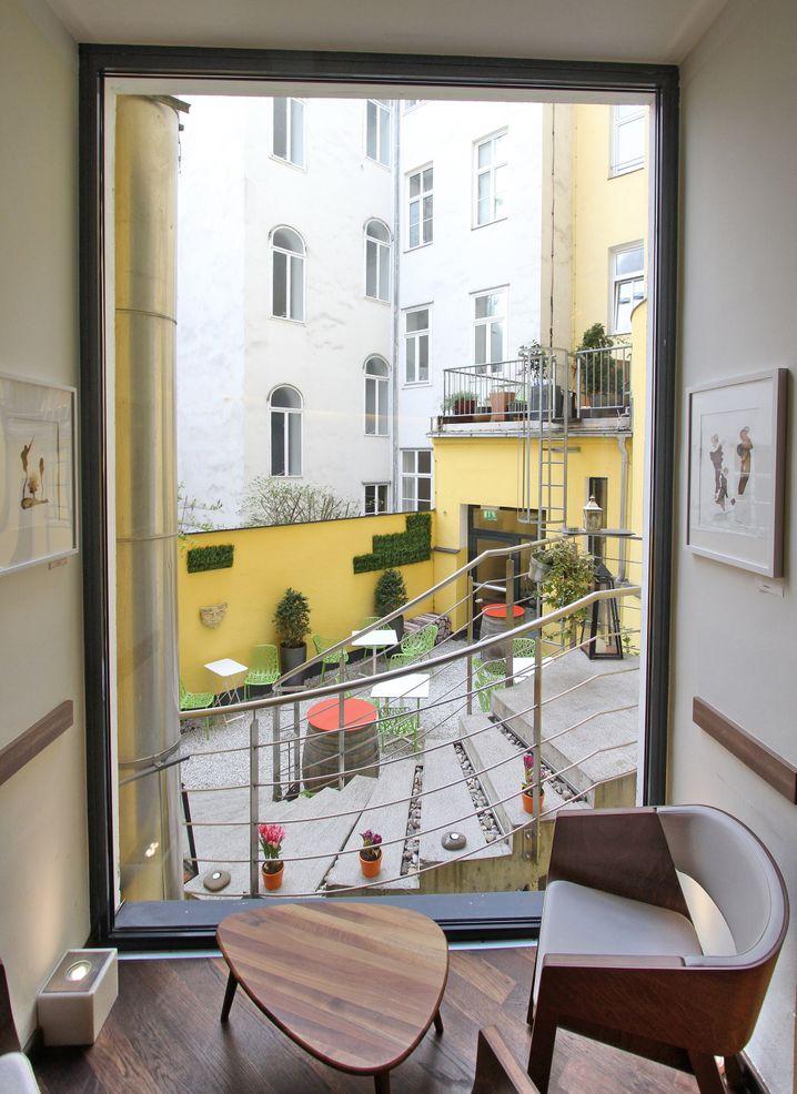 """Der Innenhof des """"Hotel Rathaus Wein & Design"""" - dort können Gäste den Wein ausgewählter Winzer verköstigen."""