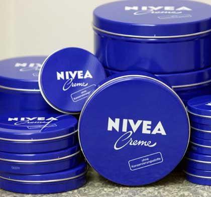 1977: Tchibo steigt bei Nivea-Hersteller Beiersdorf ein. 1987: Der Einzelhandel übernimmt das Depotprinzip.