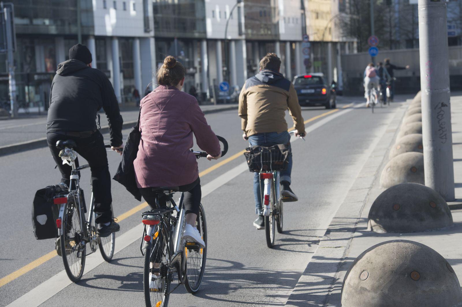 Radfahrer fahren am Straßenrand