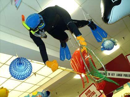 """Passende Ausrüstung: Tauchzubehör hängt an der Decke in einem """"Publix""""-Supermarkt in Key Largo in Florida"""