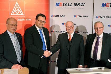 Abschluss erzielt: IG-Metall-NRW-Bezirksleiter Burkhard und NRW-Arbeitgeberpräsident Horst-Werner Maier-Hunke in Düsseldorf