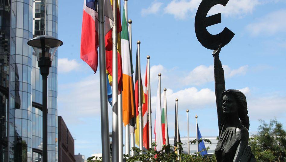 Euro-Symbol vor dem EU-Parlament in Brüssel: Streit über Auswege aus der Krise