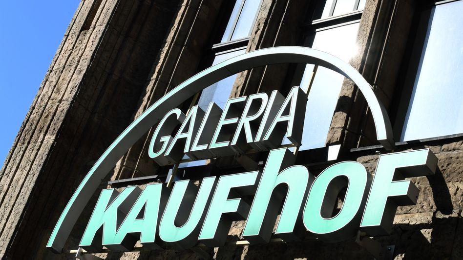 Kaufhof-Logo an Warenhaus in Düsseldorf: Die leidgeprüften Mitarbeiter der Kaufhauskette erhielten einen neuen Dämpfer aus Kanada.