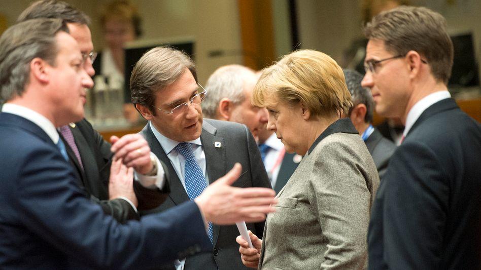 Treffen der EU-Staats- und Regierungschefs: Der britische Premierminister Cameron (l.) und Portugals Premier Pedro Passos Coelho (2.v.l) reden auf Bundeskanzlerin Merkel und Finlands Premier Jyrki Tapani Katainen (r.) ein
