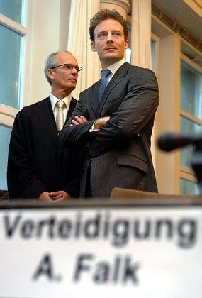 Mit Rechtsbeistand: Alexander Falk neben seinem Rechtsanwalt Thomas Bliwier