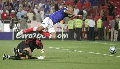 Thierry Henry (r.), David James: Spielentscheidendes Foul, nur knapp zwei Minuten, nachdem per Freistoss das 1:1 gefallen war
