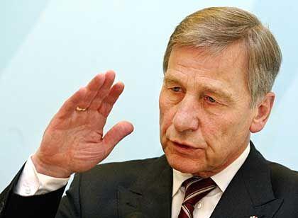 """Wirtschaftsminister Clement: """"Es muss niemand in Plattenbauten umziehen"""""""