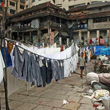 Wäschetrocknen auf der Straße: Platz ist in Bombay für die meisten Mangelware