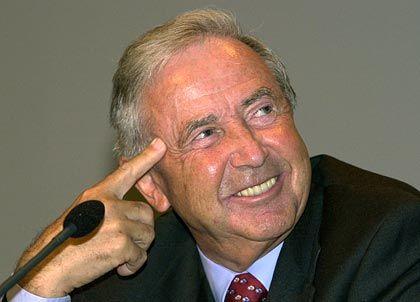 """Hans Meinhardt, wird auch """"Mister Linde"""" genannt, weil er die Geschicke des Gabelstapler- und Anlagenbauers in den vergangenen Jahrzehnten maßgeblich mitbestimmte. Mitte der 90er übernahm Meinhardt den Aufsichtsratsvorsitz bei Karstadt und später dann bei KarstadtQuelle, wo er die Vorstandschefs Wolfgang Urban und Walter Deuss gewähren ließ. Ende Juni 2004 legte Meinhardt das Amt nieder. Nachfolger ist Ex-Bertelsmann-Chef Thomas Middelhoff."""