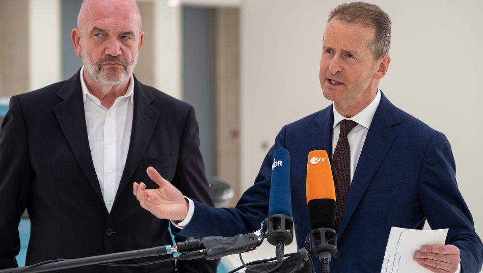 Der Burgfrieden droht zu kippen: Volkswagen-Konzernchef Herbert Diess (r.) und Betriebsratschef Bernd Osterloh