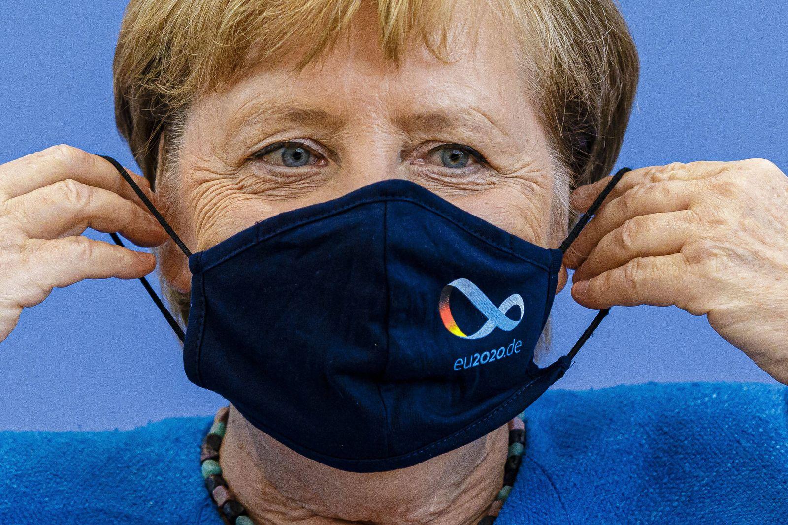 Bundespressekonferenz Bundeskanzlerin Angela Merkel, CDU, zieht nach einer Pressekonferenz eine Maske auf. Berlin, 28.0