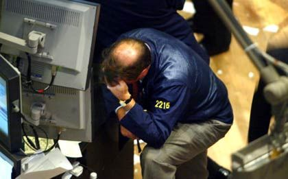 Kursrutsch am Freitag: Ein Händler an der New York Stock Exchange (Nyse) wendet den Blick von der Kurstafel ab. Die meisten Titel im Standardwerte-Index Dow Jones zeigten gegen Freitagnachmittag (Ortszeit) rote Vorzeichen.