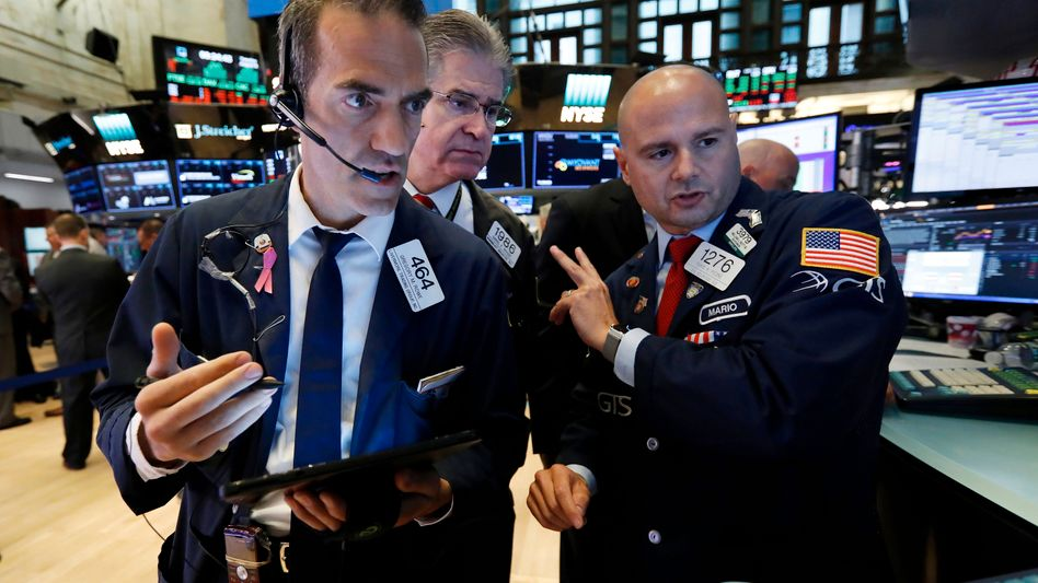 Aktienhändler in New York: Noch immer hält die Corona-Krise die Märkte gefangen.