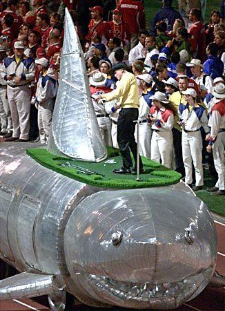 Golfprofi Greg Norman demonstrierte sein Können auf einem Hai, der durchs Stadium fuhr.