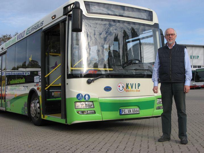 KVIP-Geschäftsführer Hans-Jürgen Lamla mit seinem Elektrobus: Solche Projekte will Greenpeace eher fördern als Elektroautos