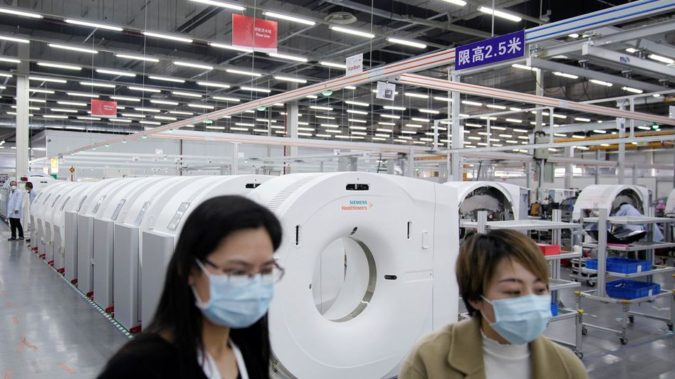 """Beschäftigte von Siemens Healthineers in Shanghai: Widersprüchliche und sich stets ändernde Vorschriften im Kampf gegen die Coronavirus-Epidemie haben """"Hunderte verschiedener Machtbereiche hervorgebracht, die es nahezu unmöglich machen, Waren oder Menschen in China zu bewegen"""", beklagen deutsche und europäische Firmen in China."""