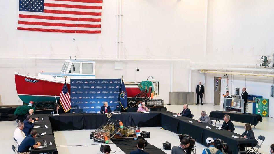 FISHERMAN'S FRIEND Bei einem Besuch in Bangor, Maine, versprach Donald Trump Hilfe für die US-Hummerfischer – und droht der EU Autozölle an. Er traf die Lobbyisten in einem Airport-Hangar.