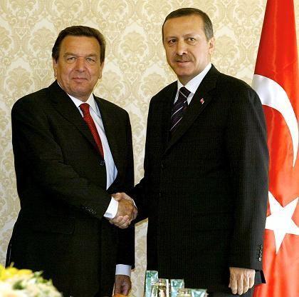 Die Türkei befürchtet einen Regierungswechsel in Deutschland: Bundeskanzler Gerhard Schröder und der türkische Ministerpräsident Recep Tayyip Erdogan bei einem Treffen in Ankara