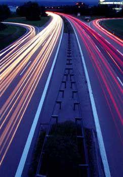 Autobahn bei Nacht: Der Preiskrieg nimmt Fahrt auf