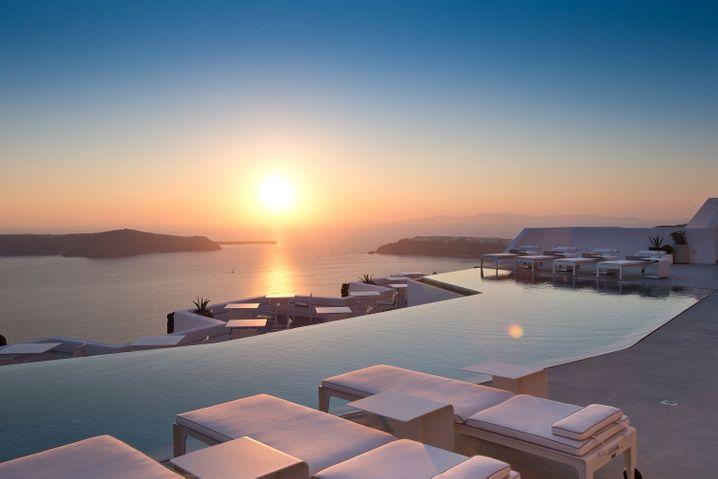 """Der Infinity Pool ist eines der Highlights im """"Grace Santorini"""". Und der spektakuläre Panoramablick aufs Wasser, den man von den luxuriösen Zimmern aus genießen kann."""