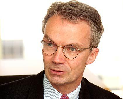 Dr. Florian Schilling ist seit 2005 Partner von Board Consultants International. Er berät deutsche und internationale Aufsichtsgremien bei der Verbesserung ihrer Arbeit. Schwerpunkt der Tätigkeit sind Effizienzprüfungen von Aufsichtsräten (Board Reviews) und die Besetzung von nationalen und internationalen Vorstands- und Aufsichtsratspositionen.