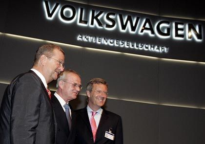 Stelldichein der Aktionäre: Porsche-Chef Wendelin Wiedeking (l.) und Niedersachsens Ministerpräsident Christian Wulff (r.) nehmen Winterkorn in die Mitte