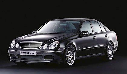 Mercedes E-Klasse: Neuerdings auch mit Allradantriebs 4MATIC. Das obere Ende der Leistungsskala markiert derzeit der E 55 AMG, dessen Motor baugleich mit dem 5,5-Liter-V8-Kompressormodell ist. Die sparsamste Ausführung ist der E 200 CDI mit 123 PS. Der Verbrauch liegt bei 6,3 Litern NEFZ-Gesamtverbrauch, die Höchstgeschwindigkeit bei 203 km/h