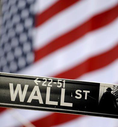 An der New Yorker Börse schließt der Dow Jones am Freitag über der Marke von 9000 Punkten