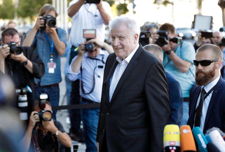Hier kommt Horst: Der Innenminister teilt vor dem Spitzentreffen verbal gegen die Kanzlerin aus, doch von seinem Amt will er offenbar doch nicht lassen