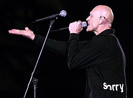 """Unter den Musikern, die bei der Feier auftraten waren auch die Band """"Midnight Oil"""" mit ihrem Hit """"Beds are Burning""""."""