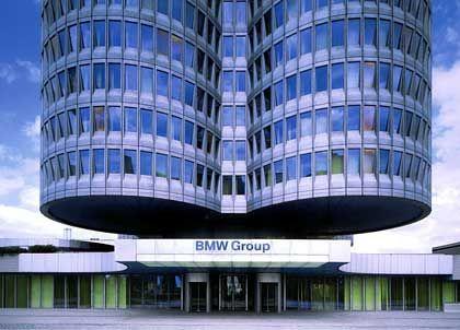 """Alles Gute kommt von oben: 22-geschossig ragen die BMW-Türme in den Münchener Himmel. Das Besondere an der Bauweise des Hochhauses ist, dass alle Stockwerke am Boden im Rohbau entstanden und """"von oben nach unten"""" installiert wurden. Hierzu wurden die Stockwerke am Zentralturm, dem Rückgrat aus Beton, hydraulisch nach oben gezogen. Die nächst unteren Stockwerke wurden jeweils angehängt und ebenfalls gehoben. Der BMW-Turm ist also ein Hängehaus. Kleinste bauliche Veränderungen im Gebäude müssen genau geprüft werden. Das liegt daran, dass das Gewicht genau austariert ist."""