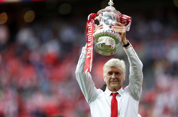 Arsenals jüngst zurückgetretener Trainer Arsene Wenger mit dem FA Cup (Archivaufnahme 2017)