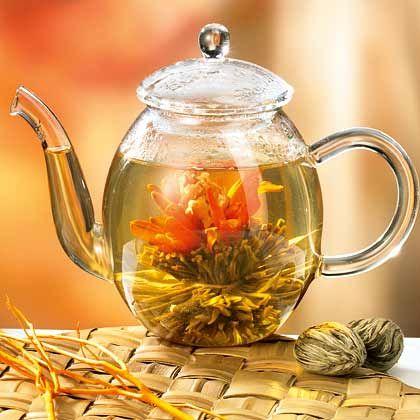 Blühender Genuss: Beim Aufgießen werden aus den trockenen Teekugeln in der Glaskanne kunstvolle Gebilde