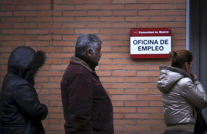 Die Zahl der registrierten Erwerbslosen hat in Spanien kontinuierlich abgenommen, war mit offiziell registrieren 3,7 Millionen Arbeitslosen Ende 2016 aber immer noch hoch. Das Problem: Nichtregistrierte kennt die Statistik nicht, eine Arbeitslosenquote nennen die Behörden auch nicht. Schätzungen zufolge lag sie Ende 2016 bei 20 Prozent