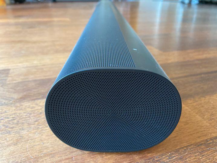 Von der Seite betrachtet erkennt man den bogenförmigen Querschnitt, den Arc, von dem die neue Sonos-Soundbar ihren Namen hat.