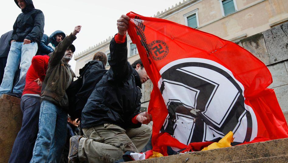 Verbrannte Deutschland-Flaggen, Nazi-Symbolik: Deutschland auf dem Tiefpunkt seiner Milliarden Euro schweren Griechenland-Unterstützung