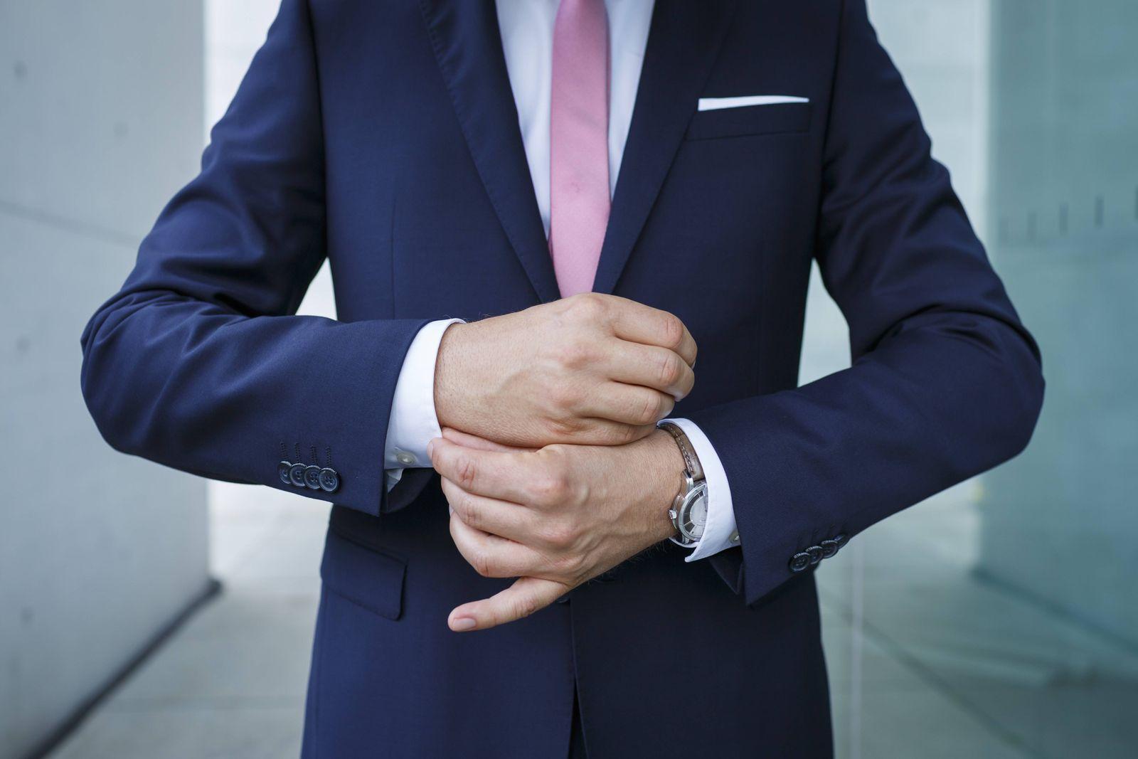 Ein Mann im Anzug richtet die Manschetten Berlin 07 08 2014 Model Released Model Release vorhand