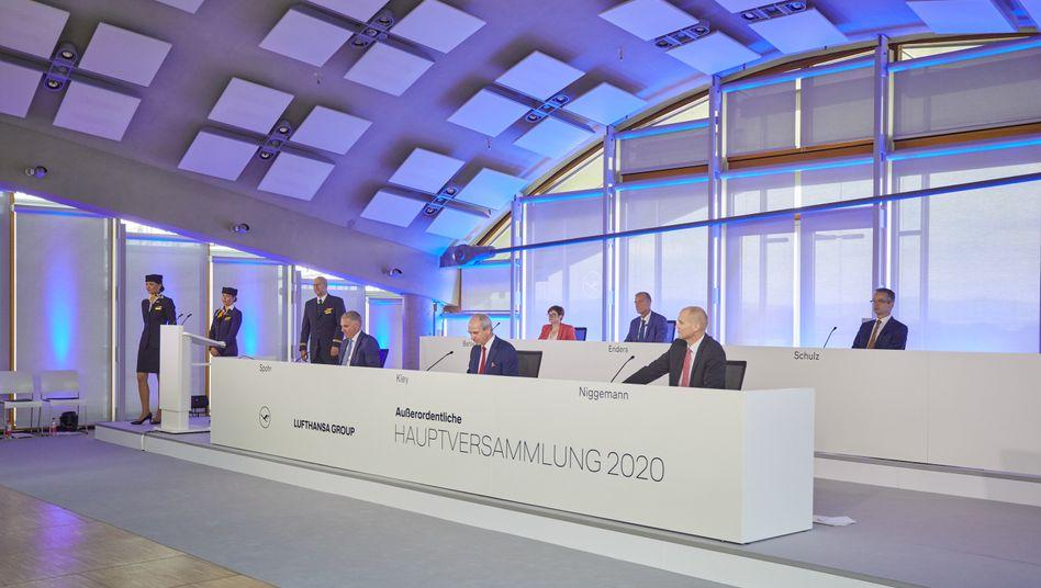 Die Lufthansa kann mit deutscher Staatshilfe weiterfliegen. Auf der virtuellen Hauptversammlung stimmten die Aktionäre dem Hilfspaket zu.