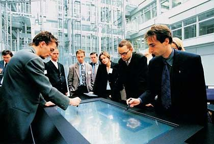 Web inside: Interaktiver und vernetzbarer Konferenztisch von Foresee