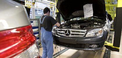 Daimler-Produktion in Sindelfingen: Die Arbeitnehmer halten an ihrer vereinbarten Lohnerhöhung von 2,1 Prozent fest.
